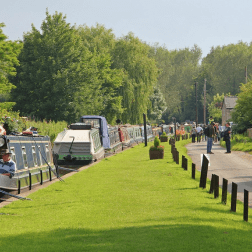 yoga-retreats-holidays-canal-thrupp-with-gras-bank-and-canal-boats