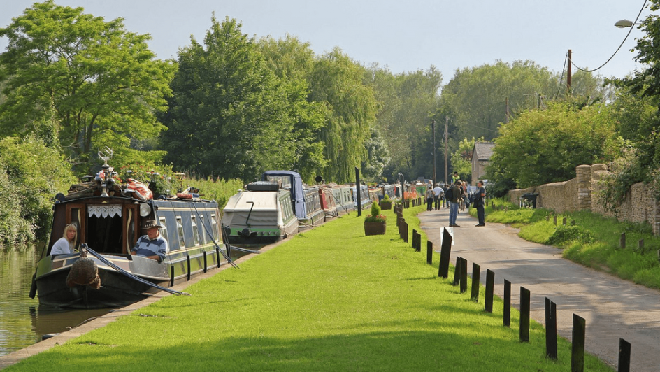canal-thrupp-with-grass-bank-and-canal-boats
