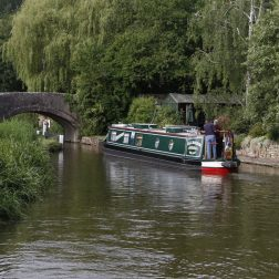 yoga-retreats-holidays-thrupp-canal-boat-on-the-canal