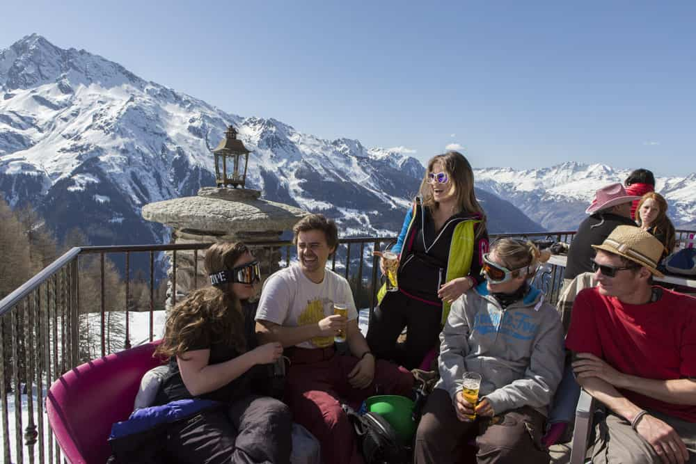 guests enjoying a beer after skiing in the sunshine