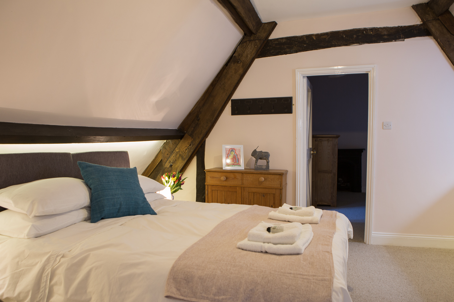 double bed and cream throw thrupp oxfordshire retreat