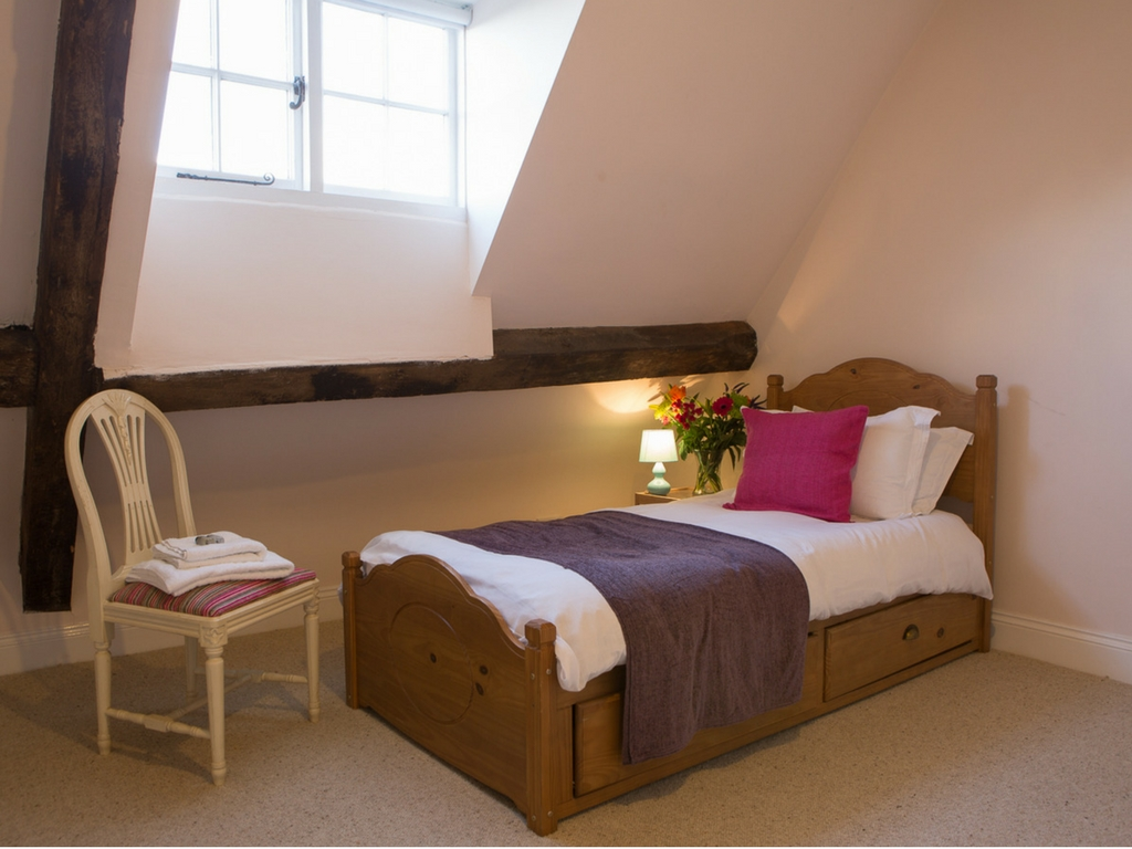 cosy single bed Thrupp Oxfordshire retreat