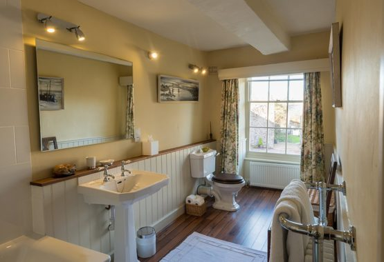 Brecon Beacons Manor Bathroom