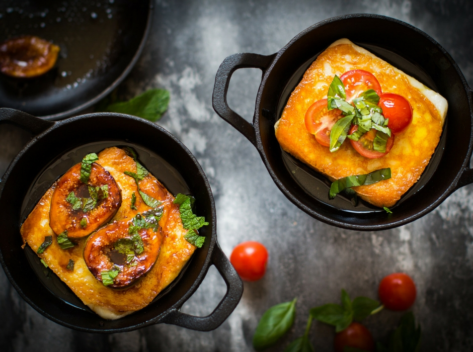 Sagnaki in black pots with tomato and basil